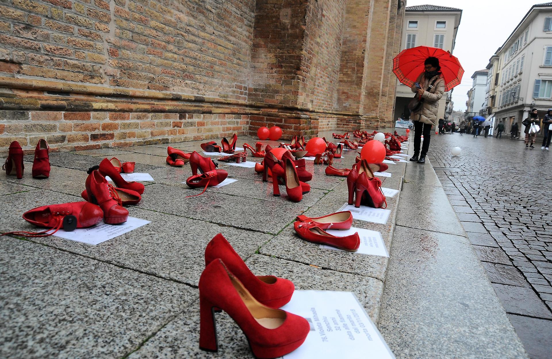 donne contro la violenza scarpe rosse e volti la provincia donne contro la violenza scarpe rosse