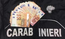 Trova una borsa con  1.750 euro e la consegna ai carabinieri