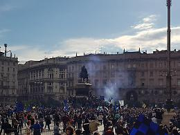 Scudetto Inter, assembramenti in piazza Duomo per la festa dei tifosi