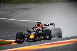 Pole Verstappen in Belgio, Ferrari in difficoltà sotto la pioggia
