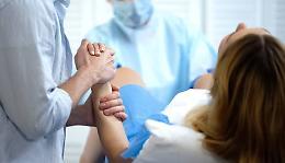 Feto morto per asfissia, ginecologa rinviata a giudizio