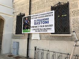 Bastoni azzurro all'Europeo di calcio, striscione sul municipio