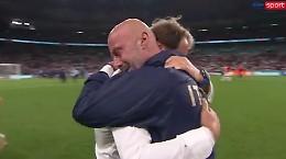 Mancini abbraccia Vialli, felicità per tutti gli italiani