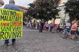 """No Green Pass, Cremona snobba la manifestazione. L'infettivologo Pan: """"Il vaccino unica arma"""""""