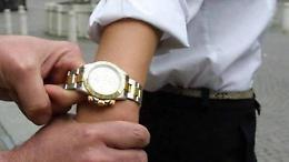 Rubavano Rolex con la tecnica dell'abbraccio: due in arresto