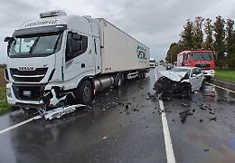 Paura a Castelleone, scontro frontale tra auto e camion. Strada chiusa