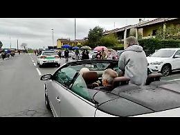 VIDEO Padre Gigi in mezzo alla folla