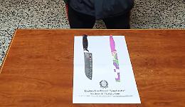 Si aggira armato di due coltelli da cucina, 24enne nei guai