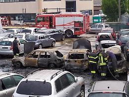 Motore in cortocircuito, una decina di auto a fuoco