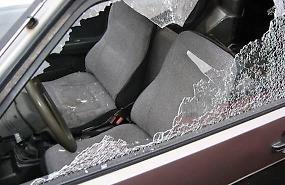 Auto in sosta lungo l'Adda, vetri in frantumi per rubare