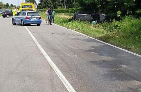Gasolio sull'asfalto, 23enne esce di strada con l'auto