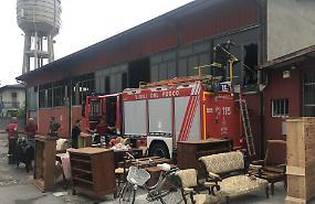 Incendio in un mobilificio: nessun ferito, danni ingenti