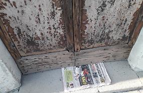 Dopo aver rubato i candelabri si ripresenta e lascia un 'messaggio' sotto la porta
