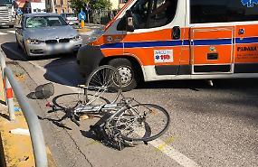 Ciclista finisce sul parabrezza di un'auto e viene sbalzato in avanti di 15 metri