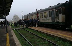 Brescia-Parma: treno con due sole carrozze, pendolari lasciati a piedi