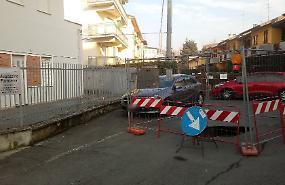 Cede l'asfalto, voragine davanti ai magazzini dell'ospedale