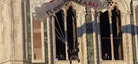 Firenze, base jumper si lancia col paracadute dal campanile di Giotto