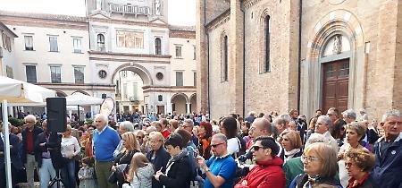 FOTO Mondi di carta, l'inaugurazione in piazza Duomo a Crema