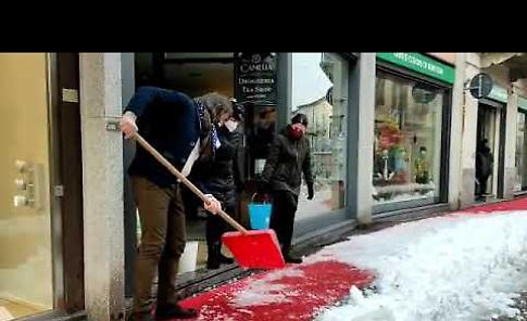 VIDEO A Crema si puliscono i marciapiedi dopo la nevicata