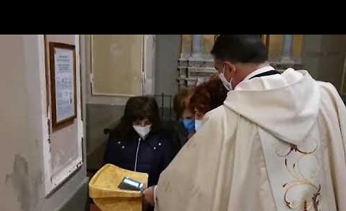 VIDEO Al via le offerte in chiesa con il Bancomat