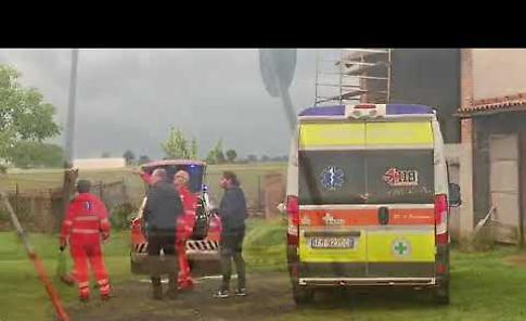 VIDEO Cade dal tetto e fa un volo di 5 metri, grave 76enne