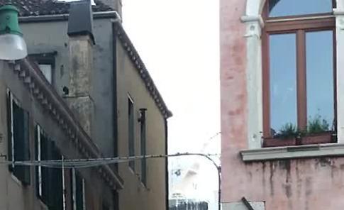 VIDEO  Il passaggio di una nave da crociera filmato da un passeggero della motonave partita da Cremona