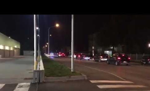 VIDEO La prolungata attesa di un'ambulanza  al passaggio a livello posto tra via Cremona e viale Valzania