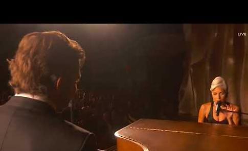 Anche i cremonesi pazzi per l'esibizione di Bradley Cooper e Lady Gaga