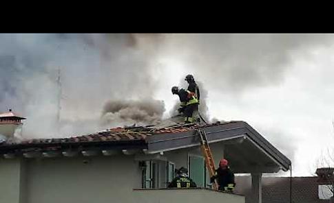 VIDEO L'incendio del tetto di una villetta