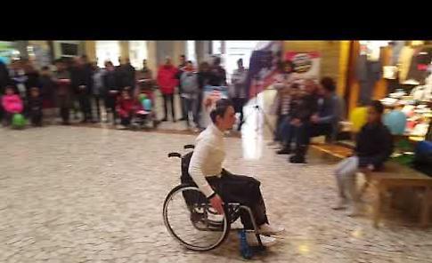 VIDEO L'esibizione della campionessa di danza paralimpica Chiara Pedroni in Galleria XXV Aprile