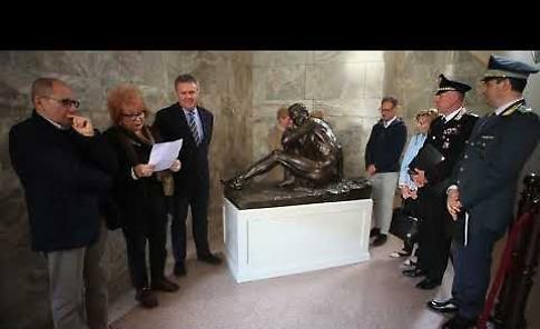 VIDEO Via i veli dalla scultura donata dalla famiglia Ferraroni e collocata nel palazzo della Provincia