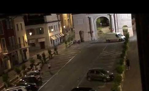 VIDEO Ragazzi giocano a calcio in piazza Giovanni XXIII nel cuore della notte