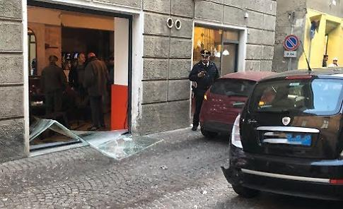 VIDEO Tampona un'auto e finisce nella vetrata di un bar