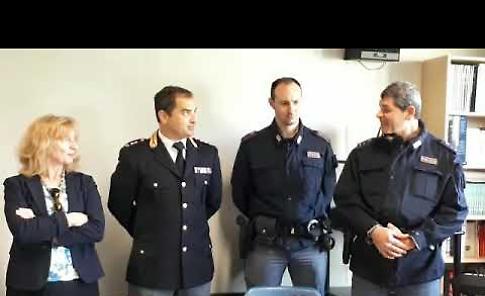 VIDEO Aiutarono la polizia ad arrestare un ladro, premiati due studenti