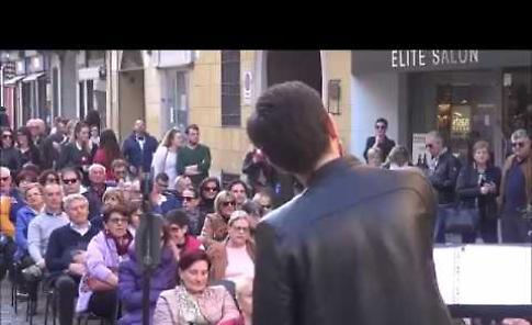 VIDEO Su e giù per il Corso: omaggio a Battisti con le Luci dell'Est