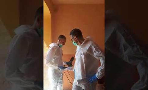 VIDEO L'ingresso nell'appartamento degli investigatori della scientifica