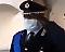 La gaffe dell'ufficiale dei vigili: saluto con la mano sinistra durante l'Inno
