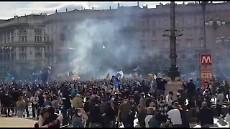 Inter campione d'Italia, la festa dei tifosi in piazza Duomo